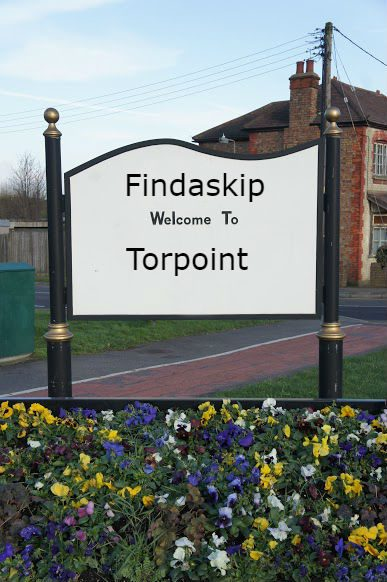 findaskip welcome town sign of torpoint