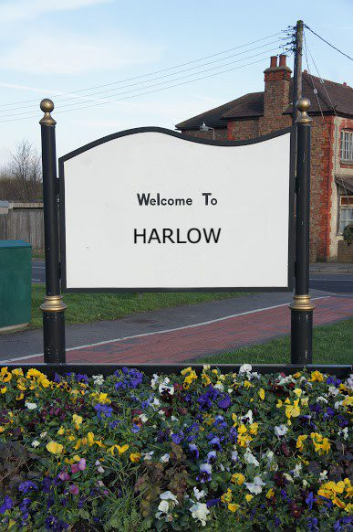findaskip welcome town sign of harlow