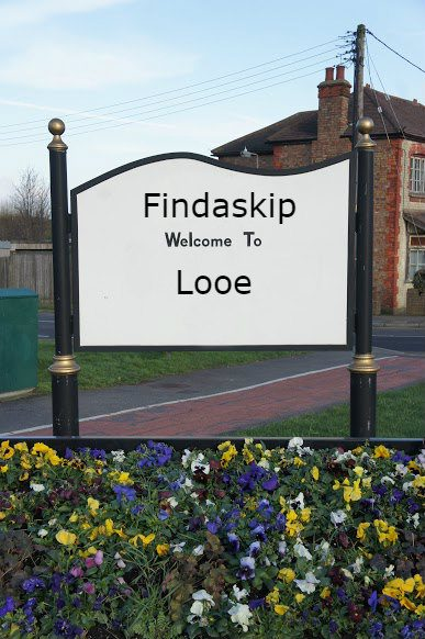 findaskip welcome town sign of looe
